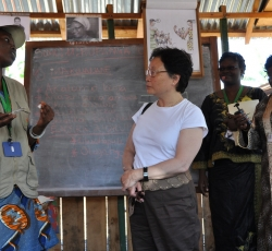 Catherine Bragg is being briefed in Women for Women's training center, Uvira (South Kivu). Credit: OCHA/Charline Burton
