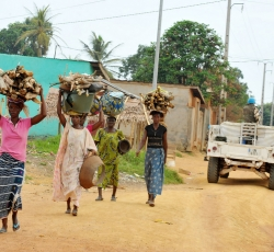 Ivorian women carry wood while UN peacekeepers patrol the streets of Duekoue in Côte d'Ivoire on 4 April 2011. Credit: UNOCI/Basil Zoma