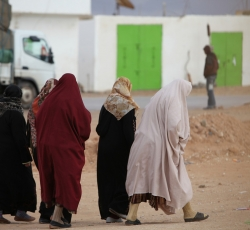 A group of Libyan women walking through a near-deserted town on the Libyan border. Credit: OCHA/David Ohana