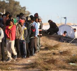 Each day, hundreds of people cross into Tunisia from Libya. They arrive at a transit camp near the border. Credit: OCHA/David Ohana
