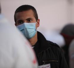 A non-governmental organization health worker at a transit camp near the Tunisia-Libya border. Credit: OCHA/David Ohana