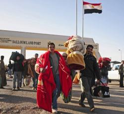 Egyptians and foreigners throng Salloum Land Port, the main border point between Egypt and Libya. Credit: IRIN/Amr Emam