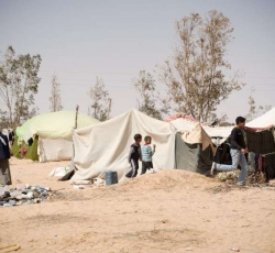 People at the Libya-Egypt border tell UNHCR staff of displacement in eastern Libya, such as these people in the desert outside the town of Ajdabiya. Credit: UNHCR