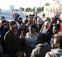 ERC Amos at the Tunisia-Libya border speaking with people who have crossed into Tunisia to escape the violence. Credit: OCHA/David Ohana