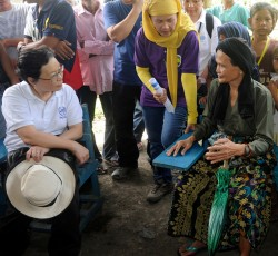 Assistant Secretary-General for Humanitarian Affairs Catherine Bragg interacts with IDPs affected by conflict and floods in Shariff Saydona, Maguindanao Province, Mindanao, on 21 November 2011. Credit: Jay Directo