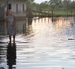 An elderly woman makes her way through the flooded streets of Cordoba, Colombia. Credit: Julián Arango for CERF/OCHA
