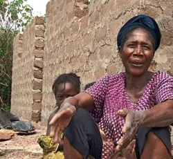 Côte d'Ivoire: Madeleine Doué rebuilds her house with help from Solidarite Internationale. Credit: OCHA/ Côte d'Ivoire