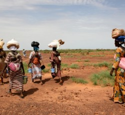 Tahoua, Niger: Mothers walking home with supplementary food rations for their children. Credit: Catherine-Lune Grayson/IRIN