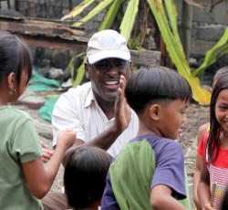 Muktar Ali Farah, Head of OCHA's sub office in Mindanao, talks to children during a needs assessment of a flood-ravaged village. Credit: Jason Gutierrez