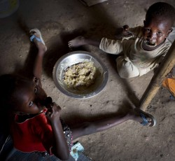 March 2014: Children displaced by the fighting between rebel soldiers and government troops eat their daily meal at the Tomping camp, home to over 20,000 people in Juba, South Sudan. Children in displacement sites are especially vulnerable to malnutrition. Credit: UNICEF South Sudan/Kate Holt