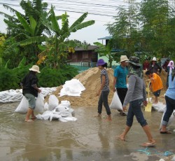 Residents of Bangkok's outer suburbs prepare sandbags to protect their homes during the height of the floods in 2011. Credit: OCHA ROAP