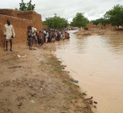 Villagers flee from flooded houses to the high ground, in Imbelbellou, Niger. Credit: OCHA/Idrissa Conteh
