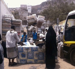 Humanitarian agencies are distributing aid to the displaced in Aden.