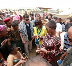 UN Humanitarian Chief Valerie Amos and WFP Executive Director Ms Ertharin Cousin meet people displaced by conflict in the Al Mazraq camp in northern Yemen. An estimated 300,000 people are still displaced from their homes, mainly from Sa'ada Governorate. Credit: OCHA/Ziryab