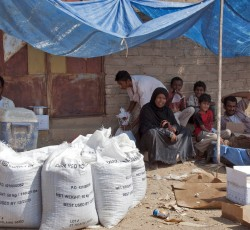 Dec 2012, Hajjah, Yemen: A displaced family in Hajjah, northern Yemen, receive food supplies. Aid agencies in northern Yemen are scaling-up efforts to assist people displaced by recent conflict. Credit: OCHA