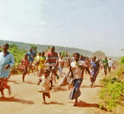 September 2012: Villagers and displaced people in Mutabi run from a gunfire exchange between the Mayi-Mayi armed group and the national army. Photo credit: Credit: OCHA/Sylvestre Ntumba Mudingayi