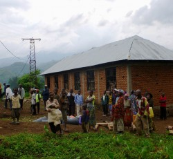 23 May 2012, Minova: IDPs gather in front of a building provided by local health authorities. Each night the building provides shelter for some 100 displaced families. Credit: OCHA-Bukavu/Philippe Kropf