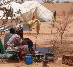 April 2012, Mopti, Mali: A displaced woman from the North of Mali waits at a temporary shelter near Mopti's main bus station. Credit: UNDP/ Nicolas Meulders