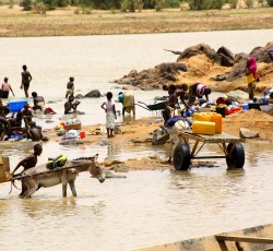 Villagers going about their daily lives: bathing, doing laundry, fetching water, playing in the Niger River. Credit: OCHA Niger/Franck Kuwonu